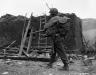 Niemcy, 26 III 1945 rok- GI przekraczający zgliszcza domostwa w Mittelscheid.