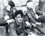 Normandia, 6 VI 1944 rok- Ranni żołnierze 1 Dywizji oczekujący na transport barkami desantowymi; Colleville-sur-Mer.