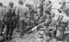 Normandia, 6 VI 1944 rok- GI ukrywający się przed nieprzyjacielskim ostrzałem przy przybrzeżnym klifie.